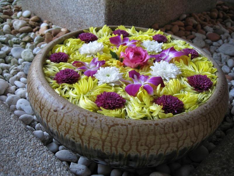 Rawatan mandi bunga baik untuk penyeri, pulih semangat, rezeki dan sebagainya.